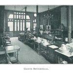 De grote veilingzaal bij een Nieuwe Meubelen verkoop in 1903.