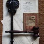 Het houten schelpje waarin het handgeld werd betaald en de oudste veilinghamer van Mak.